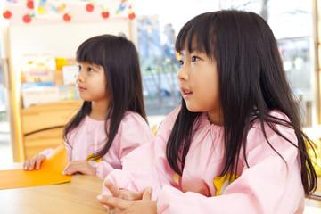 保育活動中の幼稚園女児2人