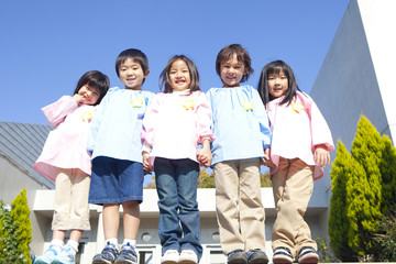 笑顔の幼稚園児5人