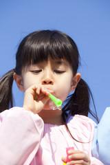 シャボン玉をふく幼稚園女児