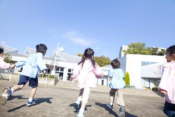 園庭を走る幼稚園児の後姿