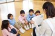 紙芝居に聞き入る幼稚園児5人