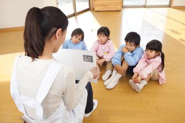 紙芝居に聞き入る幼稚園児
