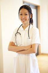 腕を組んで微笑む看護師