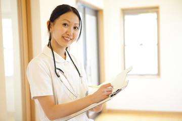 カルテを持って微笑む看護師