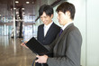 予定を確認するビジネスマン2人