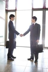握手をするビジネスマン2人