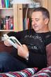 Mann mit Buch beim lesen