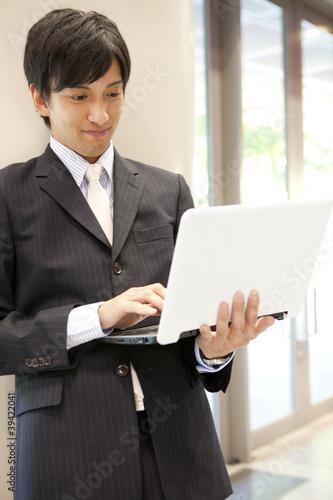 ノートパソコンを触るビジネスマン