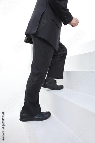 階段をのぼるビジネスマン