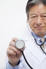 聴診器をあてる医師