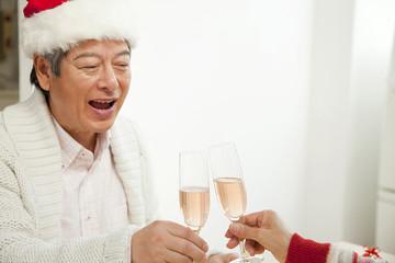 シャンパンで乾杯するシニア男性