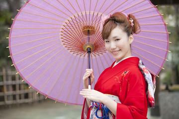 和傘を差す振袖姿の女性