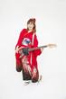 エレキギターを持ち微笑む振袖姿の女性