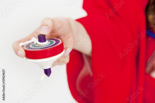 駒を持った振袖姿の女性の手元