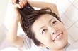 美容師に髪を洗ってもらう女性