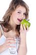 Junge Dame mit grünem Apfel und Glas Wasser lacht