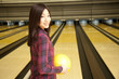 ボウリングの球を持って振り向く女性