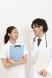 カルテを持って見つめ合う医師と看護師