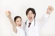 ガッツポーズをする医師と看護師