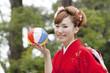 紙風船を持ち微笑む振袖姿の女性