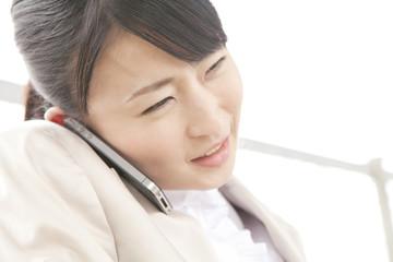 電話するOL
