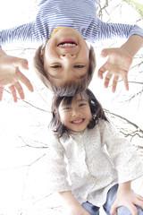 桜の下で微笑む男の子と女の子
