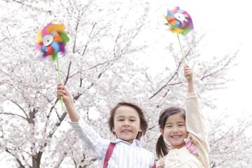風車を持つ男の子と女の子