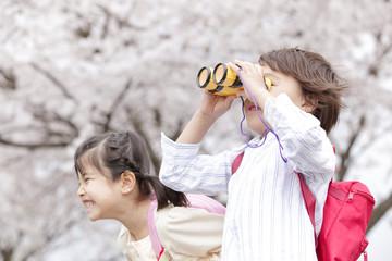 笑顔の女の子と双眼鏡を覗く男の子