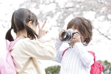 カメラで女の子を撮影する男の子