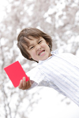 レッドカードを持つ男の子
