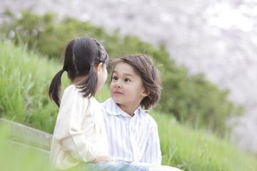 土手で見つめ合う男の子と女の子