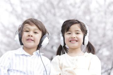 ヘッドフォンをする男の子と女の子