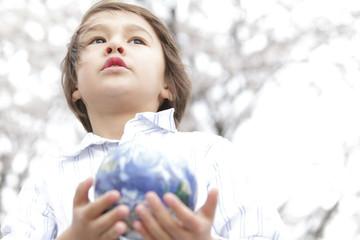 地球儀を持つ男の子