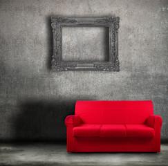 divano rosso contro parete vintage