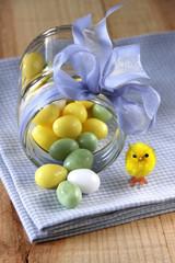 dragee-eier auf blaukariert
