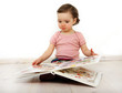 canvas print picture - Ein Kind schaut ein Bilderbuch an