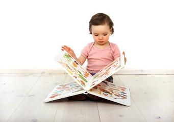 Ein Kind schaut ein Bilderbuch an