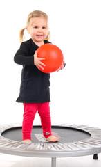 1.3.12 Mädchen mit Ball auf Trampolin