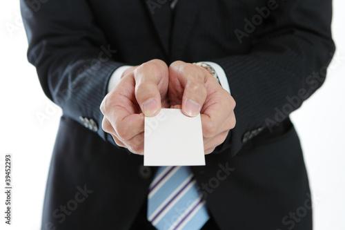 名刺を差し出すビジネスマン