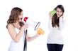 Veralterte Technik, Mädchen schreit mit Megafon