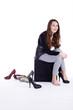 Teene Mädchen probiert modische Schuhe an und lacht