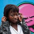 jeune femme africaine devant mur de graffs