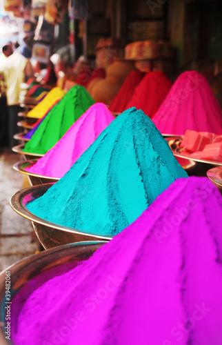kolorowi-stosy-holi-prochowy-barwidlo-przy-mysore-rynkiem