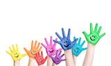 lachende Kinderhände in regenbogenfarben
