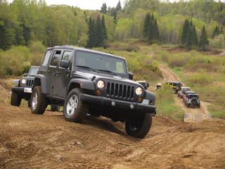 Jeep en groupe sur chemin de terre, canada