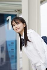 バスを待つ女子高校生