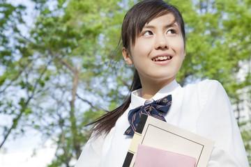ノートを持って微笑む女子高校生