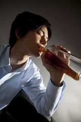 ウィスキーをラッパ飲みする男性
