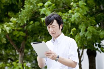 タブレットPCを操作するビジネスマン