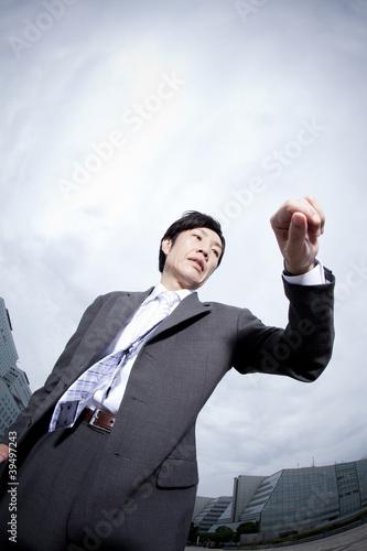 腕時計を見ながら走るビジネスマン
